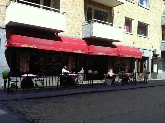 Pizzeria & Ristorante Napoli: Utanför restaurangen