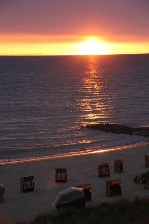 Strandkorb sonnenaufgang  Sonnenaufgang, unten im Bild sieht man den Strandkorb zur ...