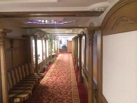 Hotel Peternhof: подземный переход между корпусами
