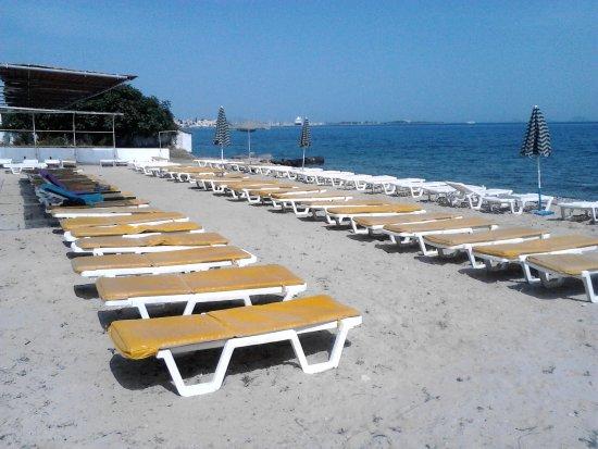 Niriides Beach Hotel: Beds & Shades on the beach opposite the Niriides