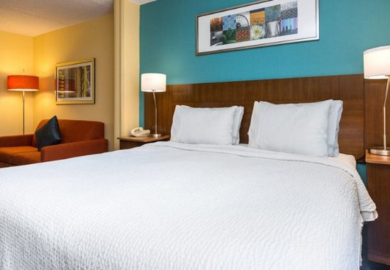 Fairfield Inn & Suites Des Moines West: King Guest Room with Sofabed