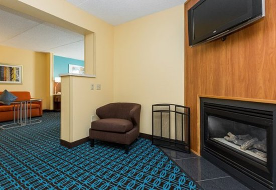 Fairfield Inn & Suites Des Moines West: King Suite – Fireplace