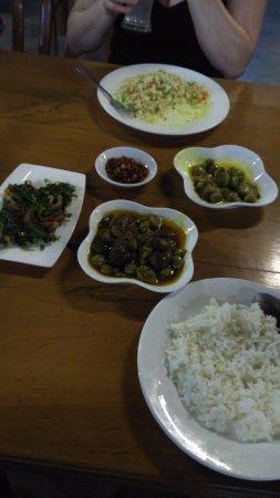 Mar Lar Theingi Buffet Restaurant : Tamarind salad, egg plant curry, fried rice