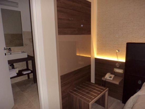 Castiglion Fiorentino, Italia: La camera e il bagno leggermente sopraelevato
