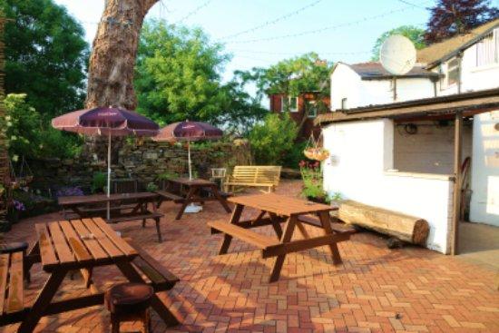 Bolton, UK: Beer and flower garden