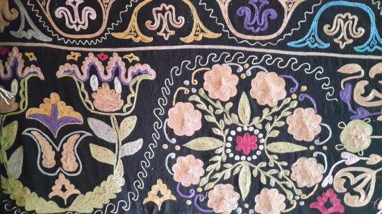 Чичкан, Киргизия: Ковер с вышивкой ручной работы хозяйки Дома Абрикос