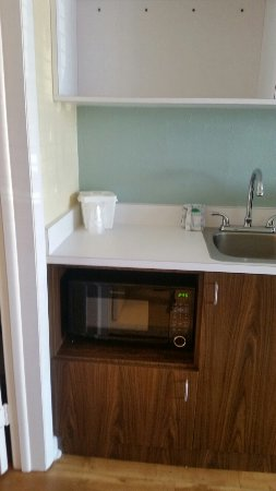 Blue Palms: Kitchenette with clean microwave and mini refrigerator
