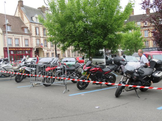 L'Aigle, Frankreich: Some of the bikes parked up in the square