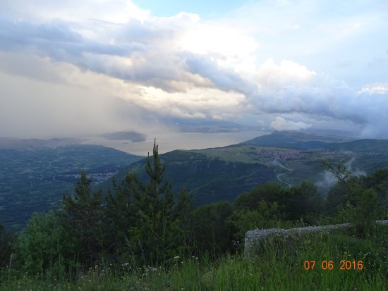 Agios Athanasios, Grecja: Ανεβαίνοντας στο χιονοδρομικό (απο αρ προς δε: Νέος Αγ Αθανάσιος, Βεγορίτιδα, Παλιός Α.Αθ)