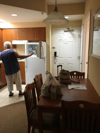 StaySky Suites I-Drive Orlando: Dining room and extrance with kitchen