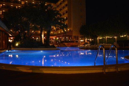 Luna Club Hotel: Zwembad bij nacht
