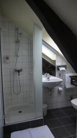 Petite salle d\'eau : très propre : attention au personne de ...