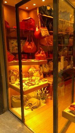 曼内里皮具店