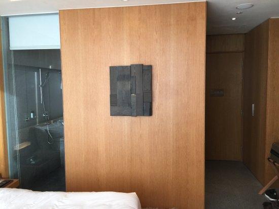 Oasia Hotel Novena, Singapore by Far East Hospitality: Door and transparent glass for bathroom