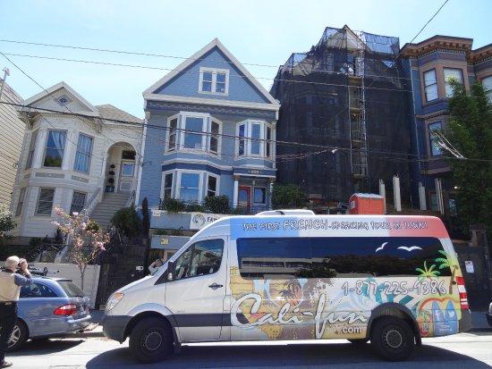 Califun: Notre van devant la maison bleue de Maxime Leforestier à San Francisco