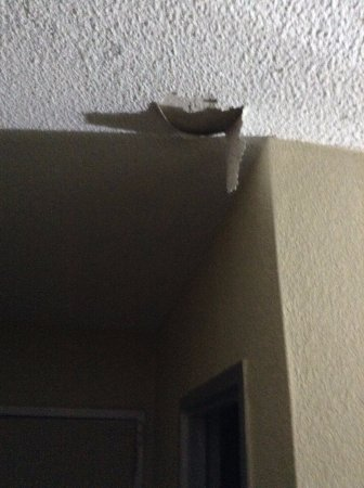 Howard Johnson Inn Athens: Ceiling leak from Room upstairs after only a few hours, falling ceiling