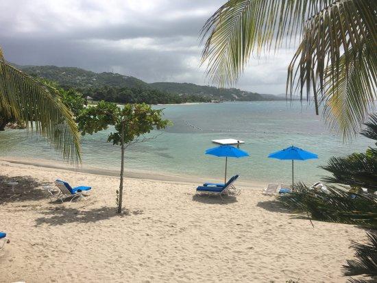 Round Hill Hotel & Villas : a portion of the serene beach.