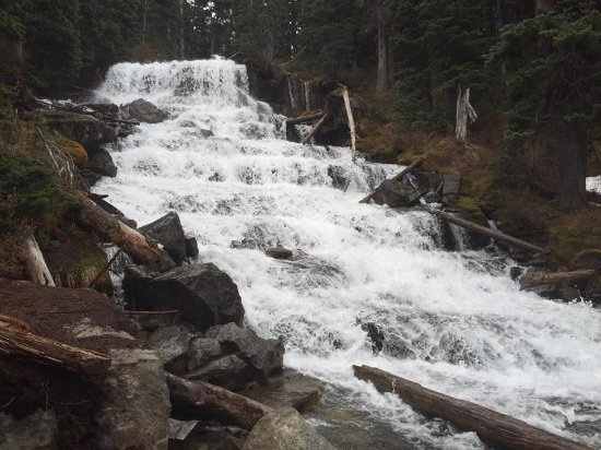 Pemberton, Kanada: waterfall inbetween lake 2 and 3