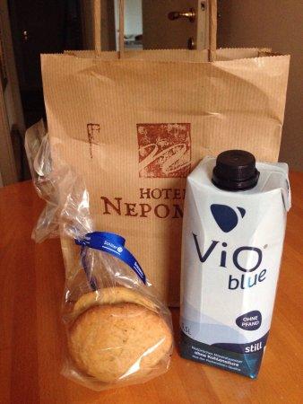 Hotel Nepomuk: Deliziosi biscotti per il viaggio, la vista dalla camera 211, la sala colazione, il bagno ed il