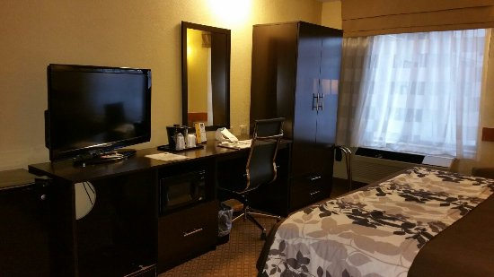 Sleep Inn & Suites: Clean, nice room with a desk and good work chair.