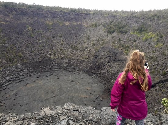 Кио, Гавайи: Looking down into Pauahi Crater, a short hike from Chain of Craters Road.