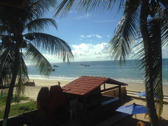 Pousada Beira Mar: Vista do quarto 06 para a praia e a área da pousada com quiosque, na hora da maré baixa..