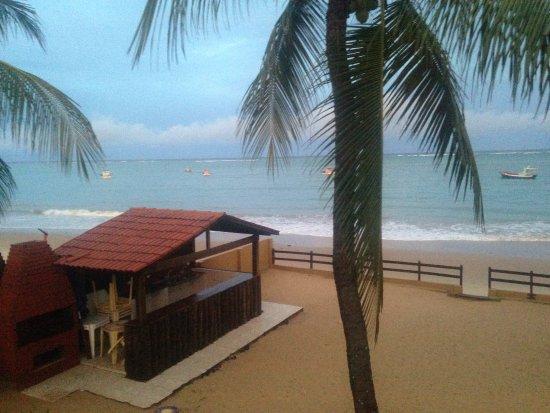 Pousada Beira Mar: Vista do quarto 06 para a praia e a área da pousada com quiosque.