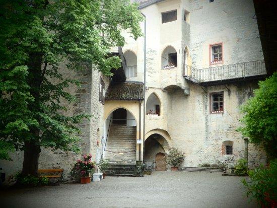 Schloss Schenna und Mausoleum: Morgens ist der Hof noch leer