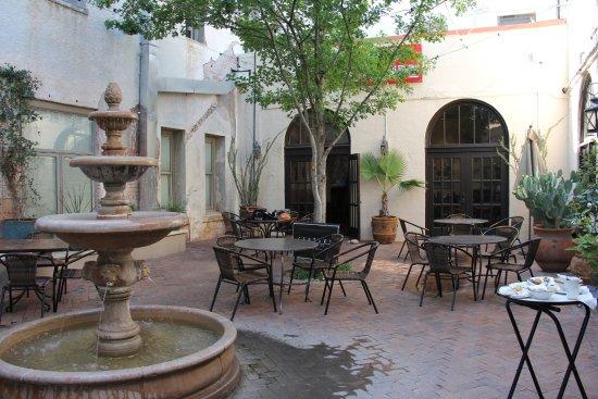 Alpine, تكساس: Hotel courtyard