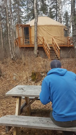 Talkeetna Cabins: Eating lunch at the picnic table