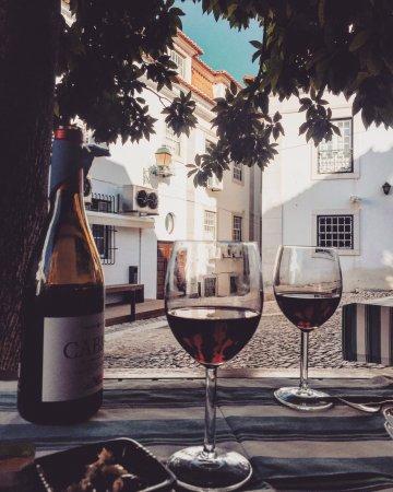 Restaurante B & B : Red wine under the tree
