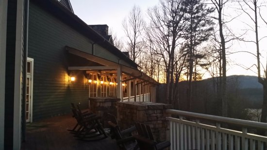 Brasstown Valley Resort & Spa Restaurant: Covered porch at dusk