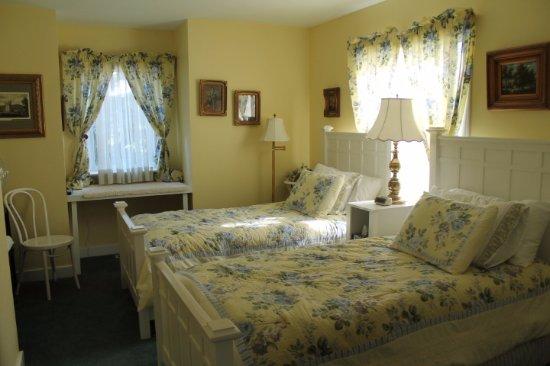 Tuxedo House B&B: Yellow Room