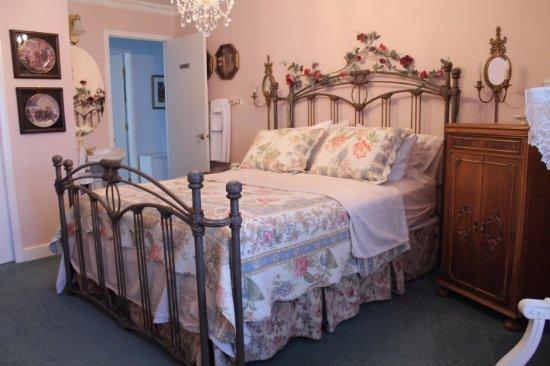 Tuxedo House B&B: Pink Room