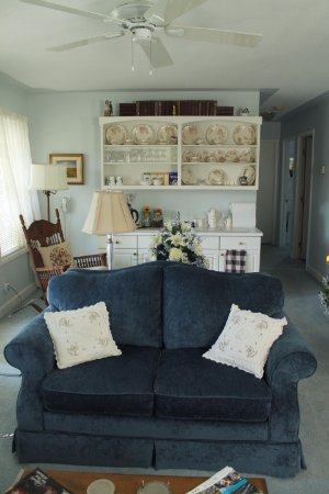 Tuxedo House B&B: Sitting room for guests with drink refreshments buffet behind