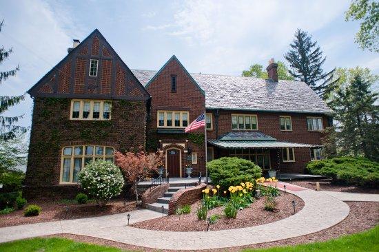 Eaton Rapids, ميتشجان: The English Inn in spring