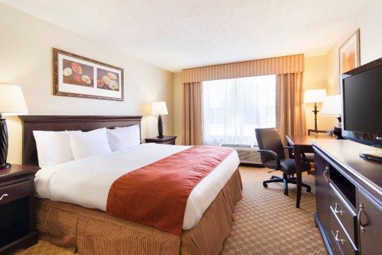 Country Inn & Suites By Carlson, Savannah Midtown: SAVNKing Guestroom