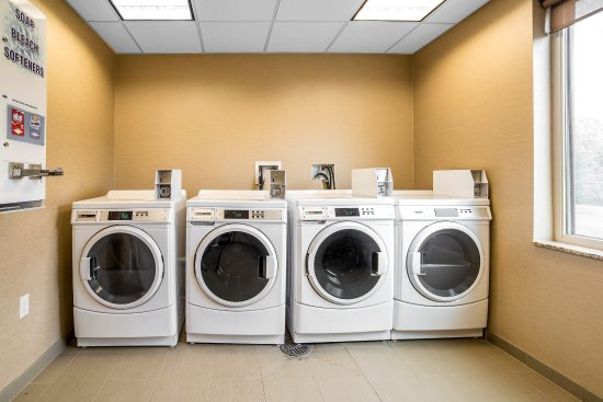 Quality Suites: Laundry room