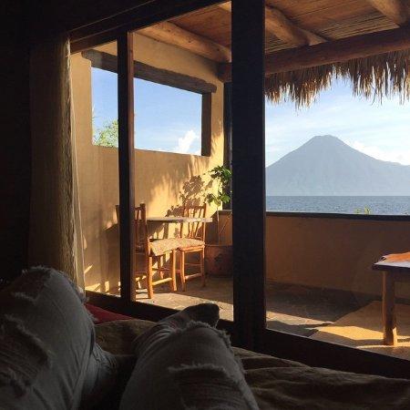 Laguna Lodge Eco-Resort & Nature Reserve: La impresionante vista del lago y los volcanes desde la habitación.