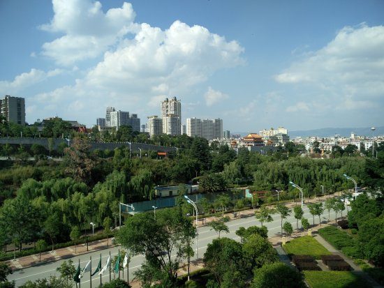 Qujing, Chiny: View from our room with South Gate and Park.