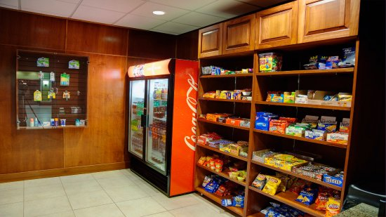 Holiday Inn Bristol Conference Center: Located in the lobby with a variety of snacks and drinks for sale