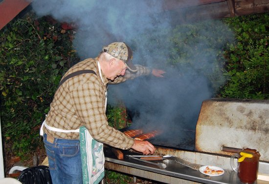 Telegraph Cove Resort: Gordie fires up the BBQ