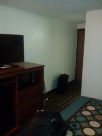 Super 8 Pueblo: Very clean place, great TV and chair beside the bed. Nice bath