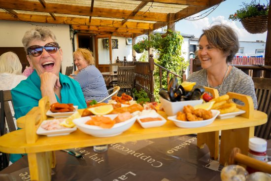 Kilchattan Bay, UK : Clearly everyone was having a great time. Smiles all throughout the resturaunt!