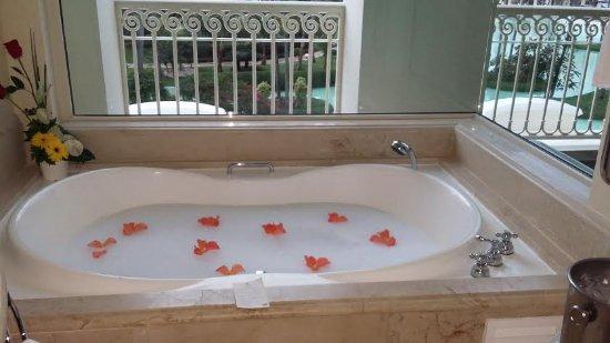 Iberostar Grand Hotel Bavaro: jacuzzi con flores y botella de champagne