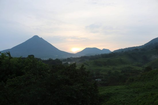 Linda Vista Hotel: This is the view of Arenal Volcano from our room, master suite 25.