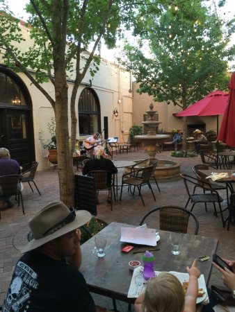 Alpine, TX: Music on the outdoor patio