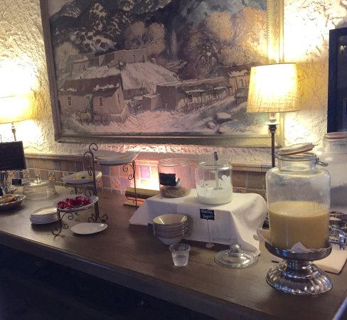 Holland Hotel: Breakfast served in lobby