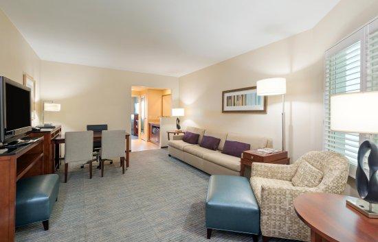Embassy Suites by Hilton Denver - Downtown / Convention Center: Corner Suite Living Room