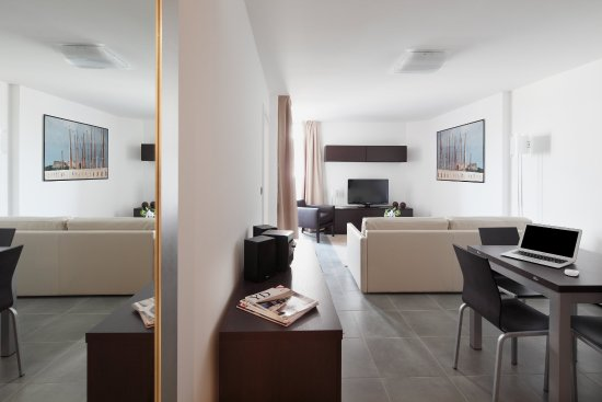 Royal Antibes Hotel, Residence, Beach & Spa: Living room - Deluxe Appartment city view